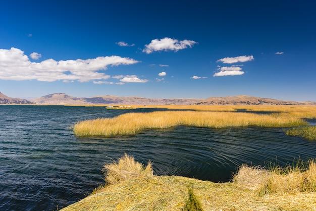 Ilhas uros de totora reed, flutuando no lago titicaca, peru