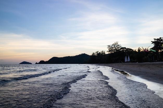 Ilhas verdes e onda do mar refletida