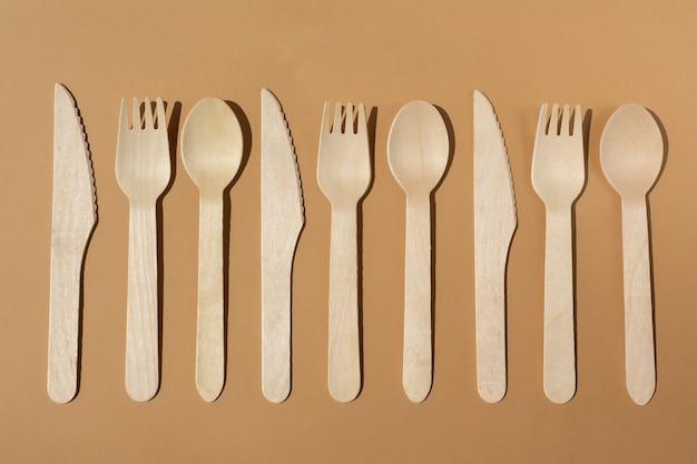Iluminação contrastante talheres de madeira ecológicos garfo e faca plastic free concept