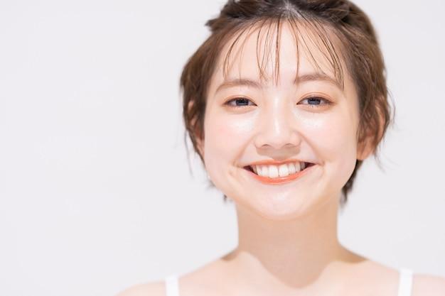Iluminação de alto contraste com jovem asiática maquiada