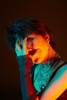 Iluminação de moda de retrato com géis de flash, efeitos especiais, foto de estúdio