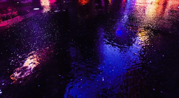 Iluminação e luzes noturnas de néon de nova york. imagem abstrata de luzes de néon nas ruas da cidade de nova york. exposição múltipla e desfoque de movimento intencional