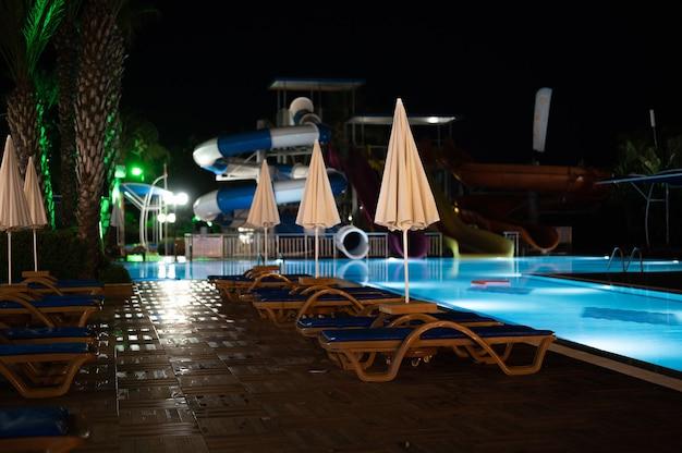 Iluminação noturna da piscina do hotel