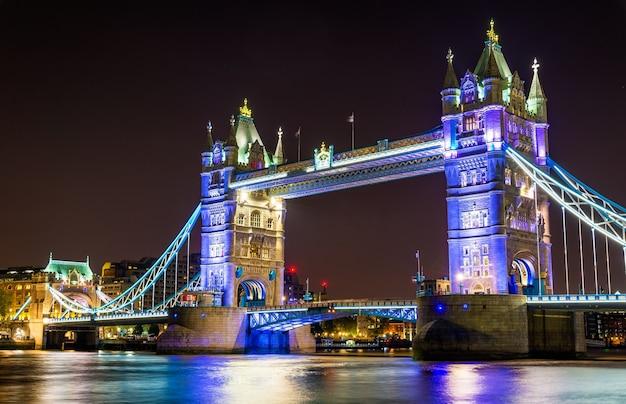 Iluminação noturna da tower bridge em londres - inglaterra
