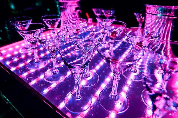 Iluminação ultravioleta de copos vazios de bebidas de coquetel