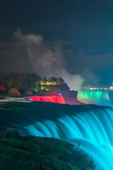 Iluminações coloridas das cataratas do niágara da cachoeira vista do lado americano