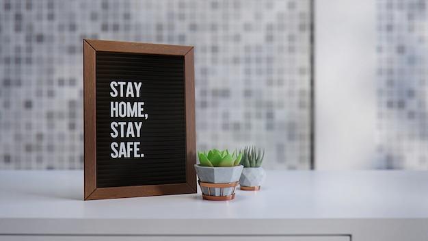 Ilustração 3d de um quadro de cartas com mensagem de texto fique em casa, fique seguro