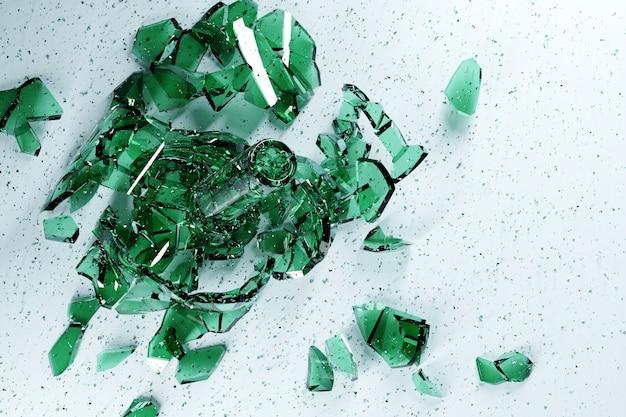 Ilustração 3d de uma pequena explosão de fragmentos de vidro. cacos de vidro voam em diferentes direções.