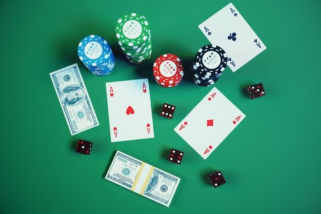 Ilustração 3d que joga microplaquetas, cartões e dinheiro para o jogo de casino na tabela verde. conceito de cassino real ou on-line.