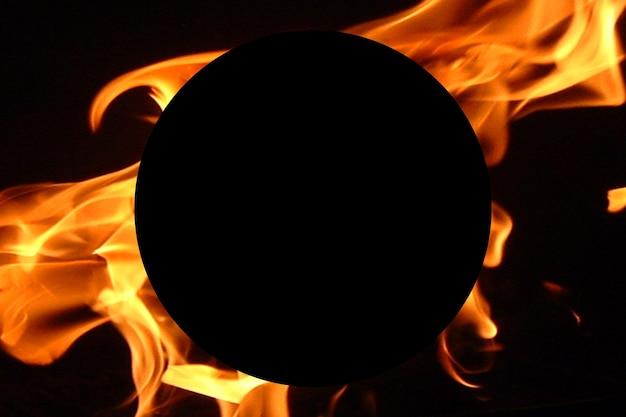 Ilustração abstrata de um fundo de logotipo de fogo com um círculo preto