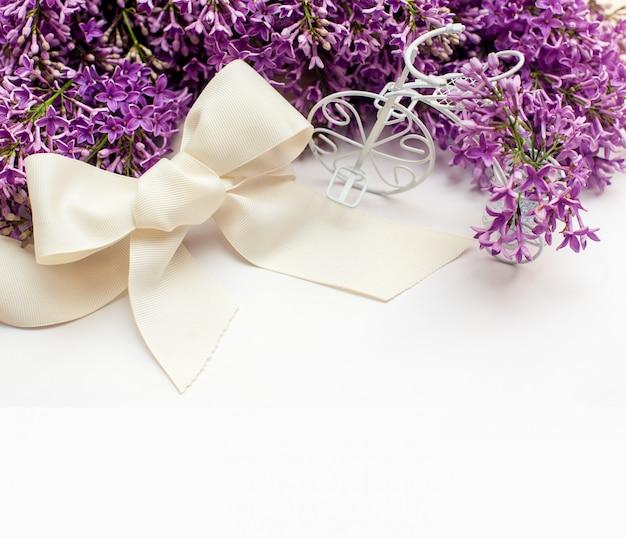 Ilustração de buquê de lírios lilás com moldura
