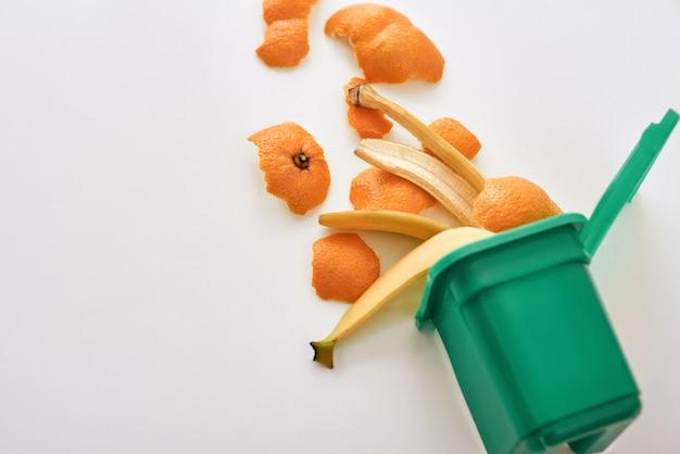 Ilustração de resíduos orgânicos. foto recortada de lixo orgânico. lixo de comida. cascas de banana e laranja, isoladas