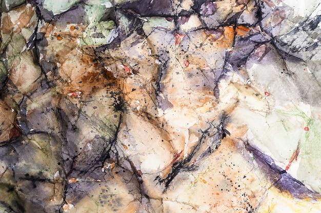 Ilustração montanhas bege com aquarela de abstração preta