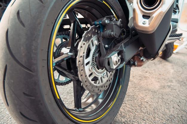Ilustração para venda de rodas de motocicleta. conceito de serviço de moto.