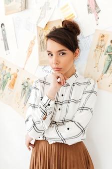 Ilustrador de moda de pensamento concentrado mulher