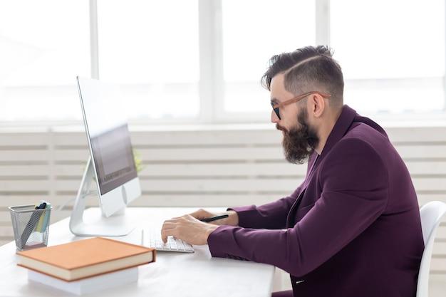 Ilustrador, designer e conceito de tecnologia - homem bonito com barba e vista lateral trabalhando no