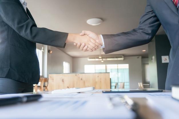 Image business mans handshake. conceito de reunião de parceria comercial