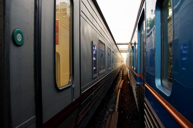 Imagem abstrata de dois trem lado a lado com trilho