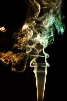 Imagem abstrata de fumaça em fundo preto, efeito de mistério.