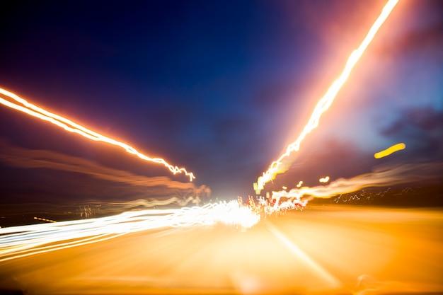 Imagem abstrata de trilhas de semáforos noturnos na cidade