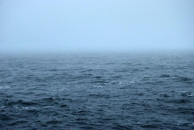 Imagem abstrata de um lago com névoa.