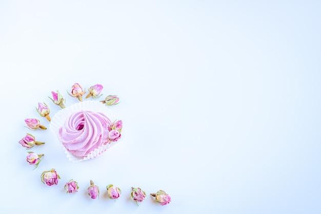 Imagem abstrata feita pelo marshmallow de frutas rosa e fundo de flores rosa secas