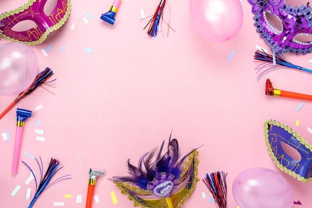 Imagem aérea da opinião de tampo da mesa da estação colorida bonita do carnaval.