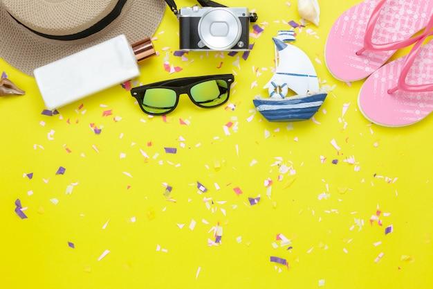 Imagem aérea da opinião de tampo da mesa da forma a viajar no fundo das férias de verão.