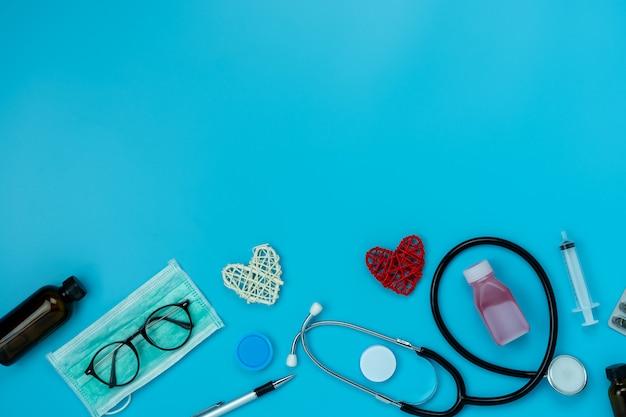 Imagem aérea da opinião de tampo da mesa dos cuidados médicos dos acessórios & do conceito médico do fundo.