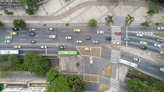 Imagem aérea de tráfego em uma rua no rio de janeiro.