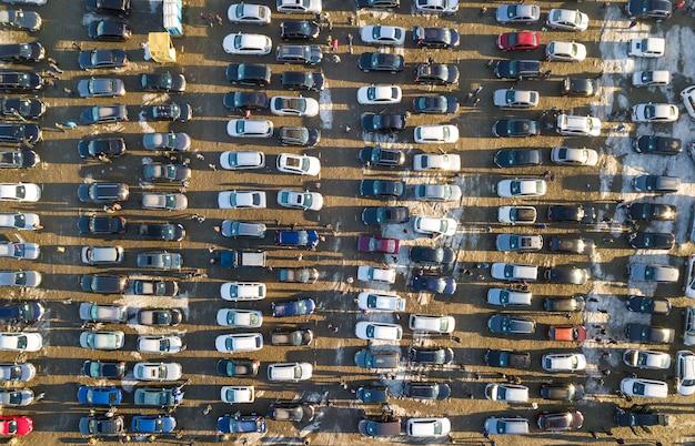 Imagem aérea zangão de muitos carros estacionados no estacionamento, vista superior.