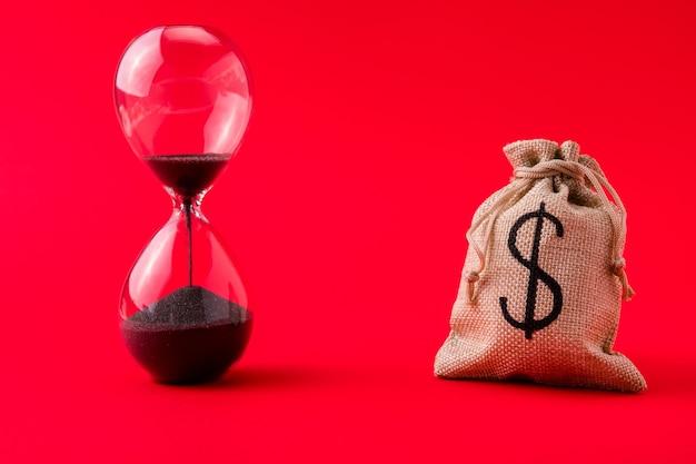 Imagem ampliada do saco de dinheiro ficando sem relógio de areia