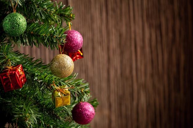 Imagem aproximada da árvore de natal decorada com enfeites
