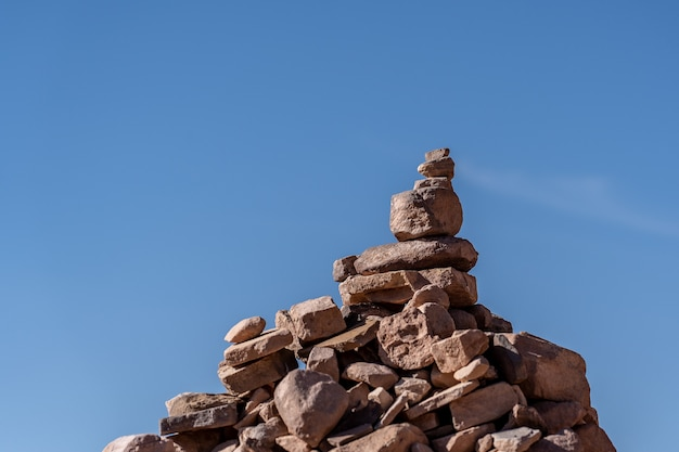 Imagem aproximada das pedras empilhadas umas sobre as outras com um fundo azul