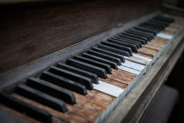 Imagem aproximada das teclas de um piano de madeira