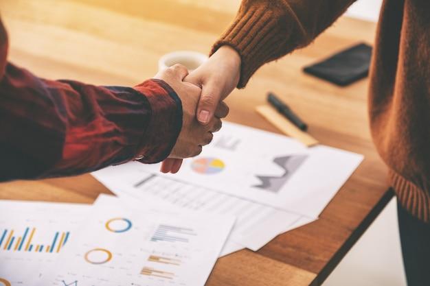 Imagem aproximada de dois empresários apertando as mãos após a reunião