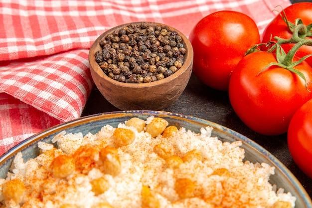 Imagem aproximada de ervilhas e farinha de arroz ungroud peper e tomates