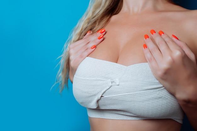 Imagem aproximada de peitos grandes em bandagem após a cirurgia