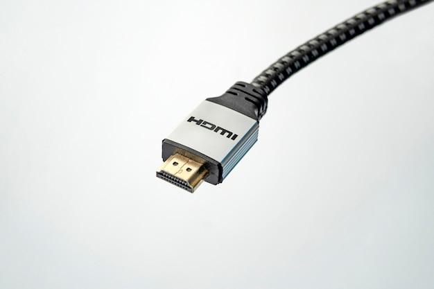 Imagem aproximada de um cabo hdmi em fundo branco