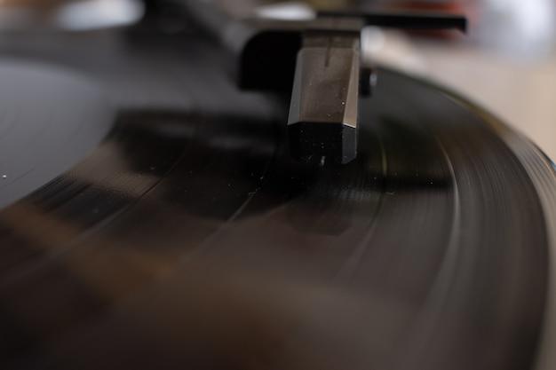 Imagem aproximada de um cartucho em um gramofone portátil com um fundo desfocado