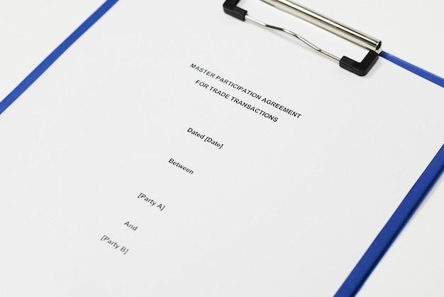 Imagem aproximada de um contrato anexado a uma pasta azul