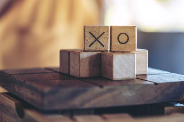 Imagem aproximada de um jogo de bolinhas de madeira ou jogo ox em uma caixa