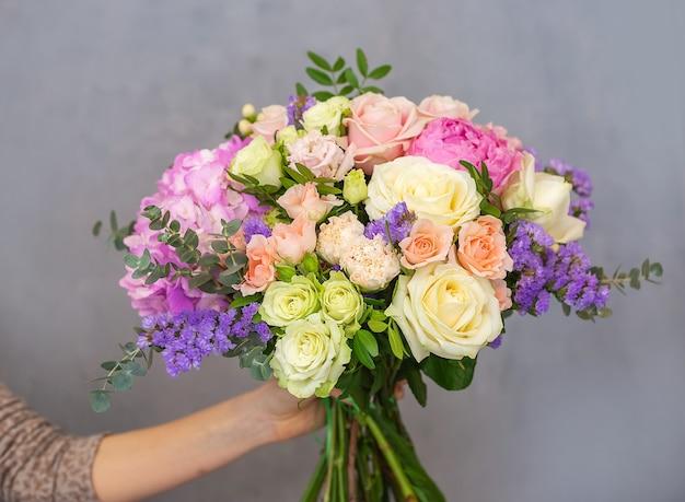 Imagem aproximada de um lindo buquê de flores coloful misturadas