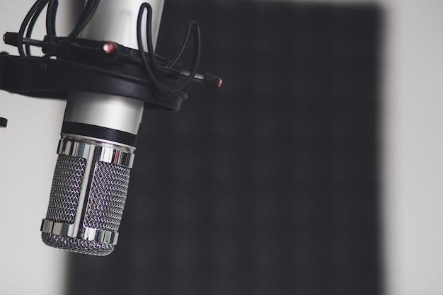 Imagem aproximada de um microfone em uma sala