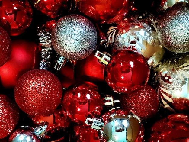 Imagem aproximada de um monte de enfeites de natal brilhantes