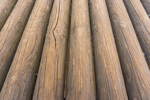 Imagem aproximada de uma pilha de toras de árvores