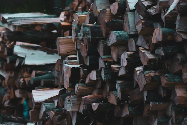 Imagem aproximada de uma pilha de toras