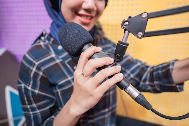 Imagem aproximada do microfone no estúdio de podcast
