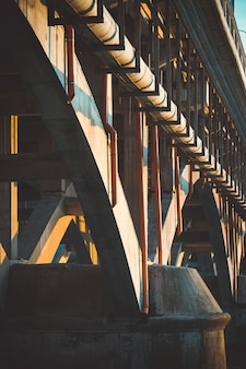 Imagem aproximada dos arcos sob a ponte