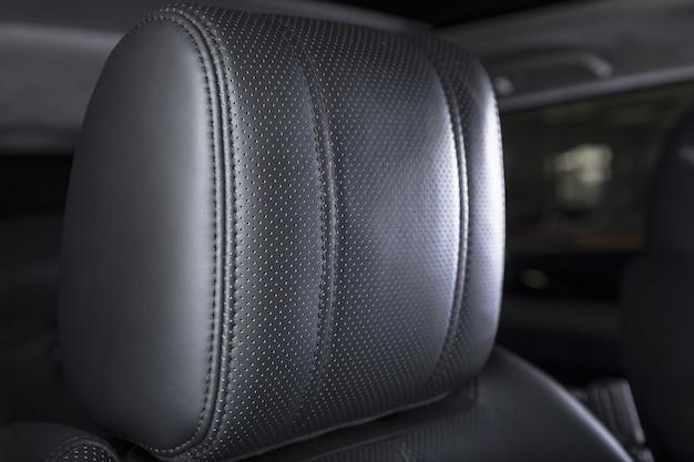Imagem aproximada dos detalhes do assento do interior de um carro moderno